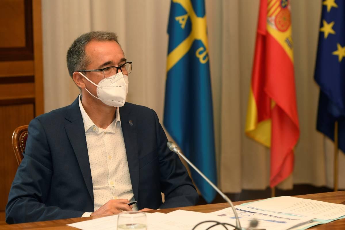 El consejero de Salud de Asturias, Pablo Fernández, durante una rueda de prensa este jueves en Oviedo, en la que ha anunciado que Asturias alcanzará hoy la inmunización del 70% de su población contra el coronavirus (Foto: EFE/Eloy Alonso)