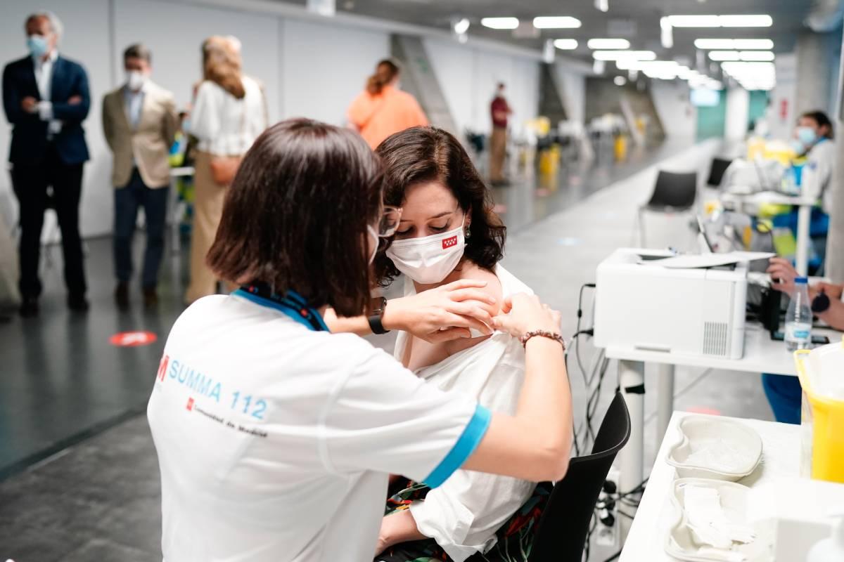 La presidenta de la Comunidad de Madrid, Isabel D�az Ayuso, vacunándose contra la covid-19 el pasado 12 de julio (Foto: Comunidad de Madrid)