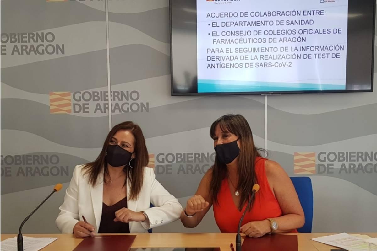 La presidenta del COF Zaragoza y del Consejo de Colegios de Farmacéuticos de Aragón y la consejera de Sanidad Sira Repollés, tras la firma del acuerdo.