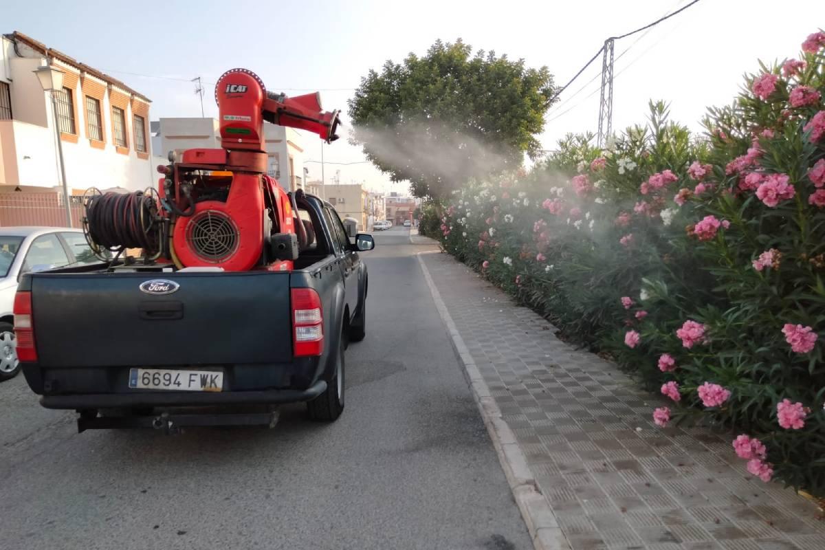 Fumigación en las calles de Coria del Río, donde se han detectado casos de fiebre del Nilo (Foto: Ayuntamiento de Coria del Río)