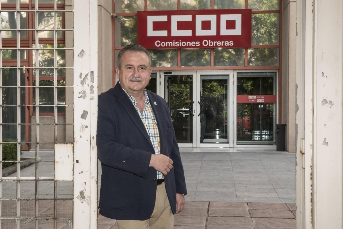 Humberto Muñoz, secretario de Sanidad de CCOO, delante la sede de FSS-CCOO de Madrid (Foto: Luis Camacho)