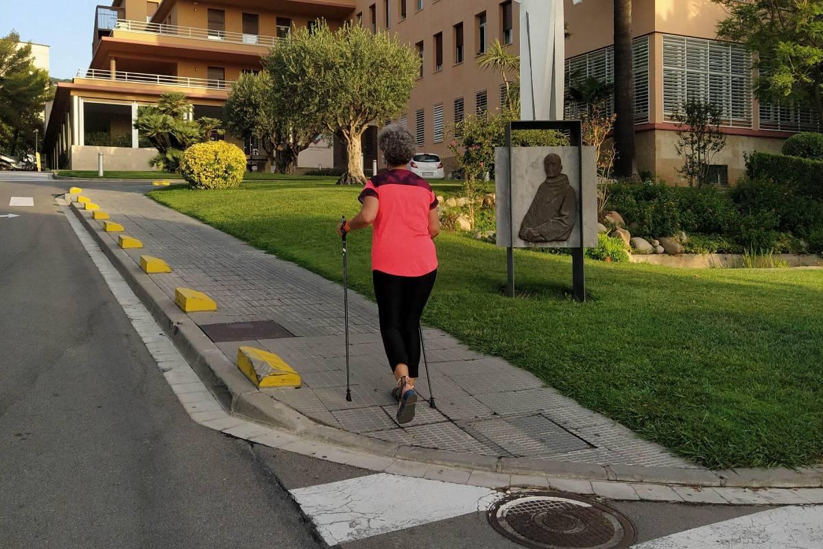 Una anciana practicando la marcha nórdica en los alrededores del Hospital San Rafael de Barcelona (Foto: Hospital San Rafael)