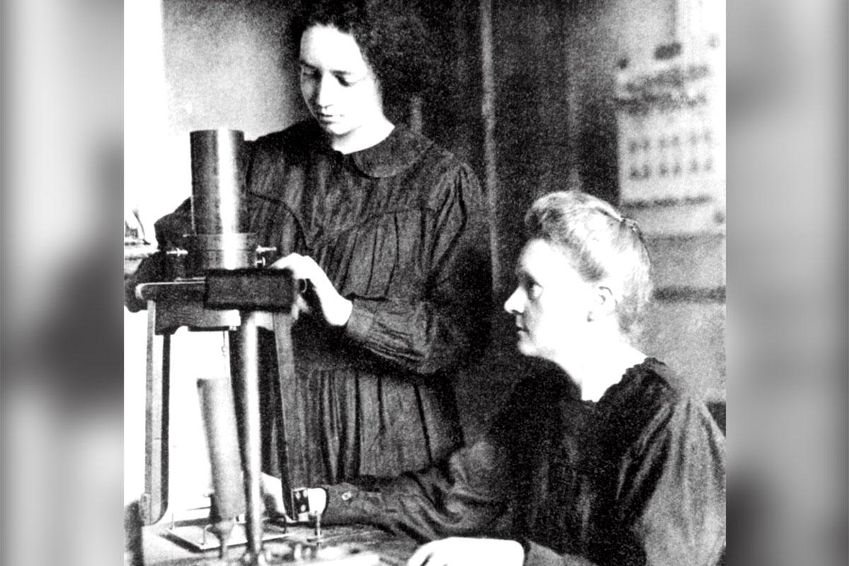 Marie Curie (derecha) y su hija Irene, en su laboratorio. Los problemas de conciliación provocados por el confinamiento podr�an estar detrás del descenso en la producción cient�fica de las mujeres en 2020.