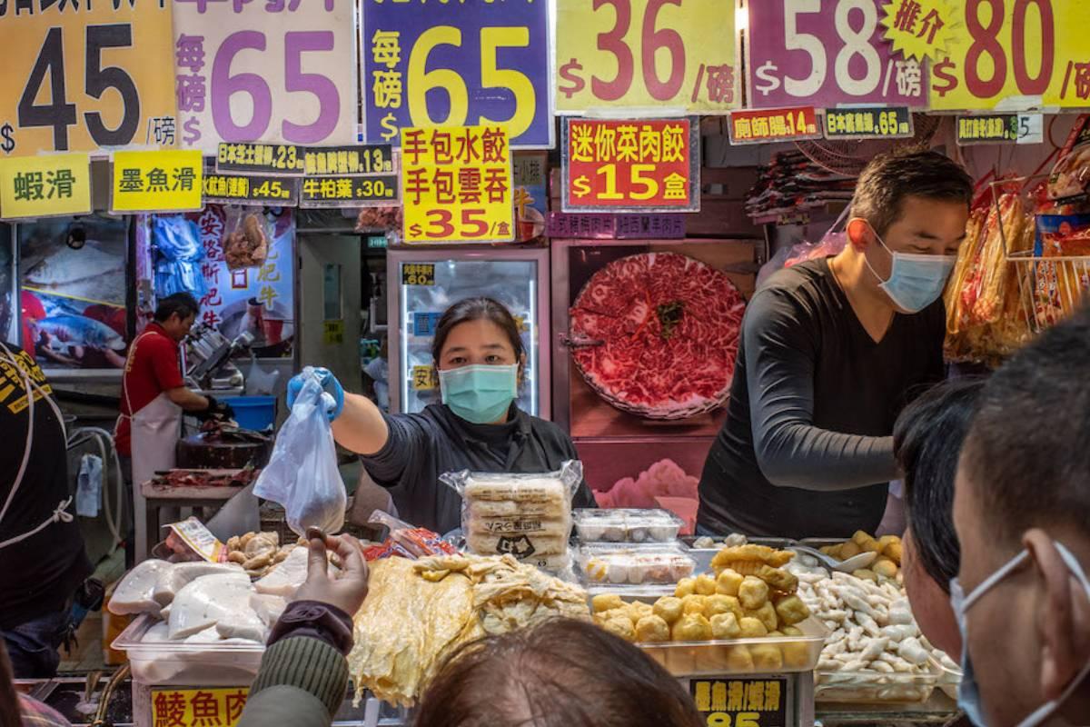 Reapertura del mercado de Wuhan donde inicialmente se pensó que estaba el origen del coronavirus SARS-CoV-2.