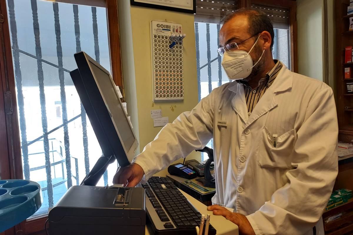 Jaime Espolita, presidente de la Sociedad Española de Farmacia Rural (Sefar), en su farmacia de Cabrillanes (León).
