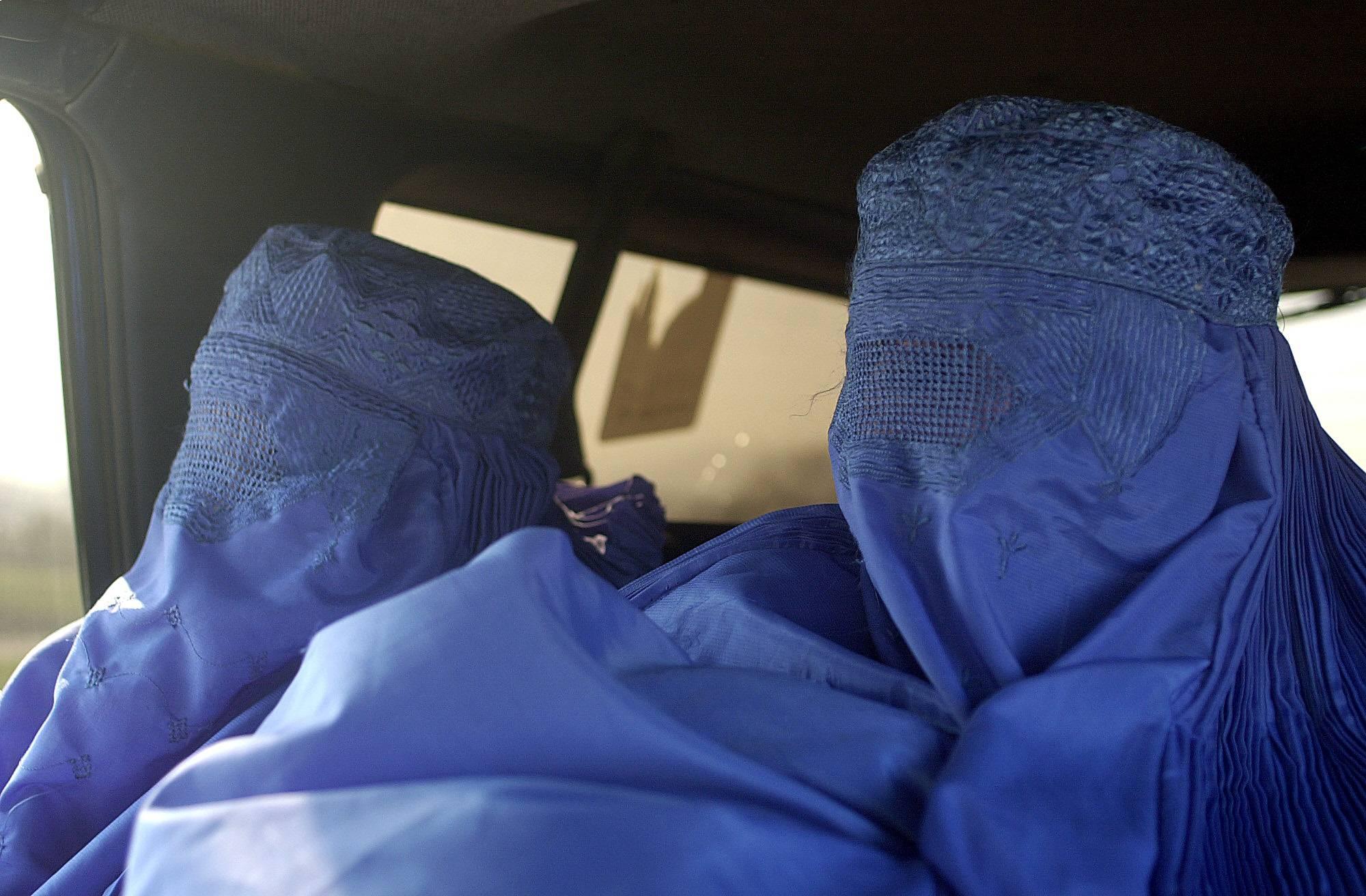 Mujeres con burka viajando en taxi en Kabul. /Antonio Pardo.