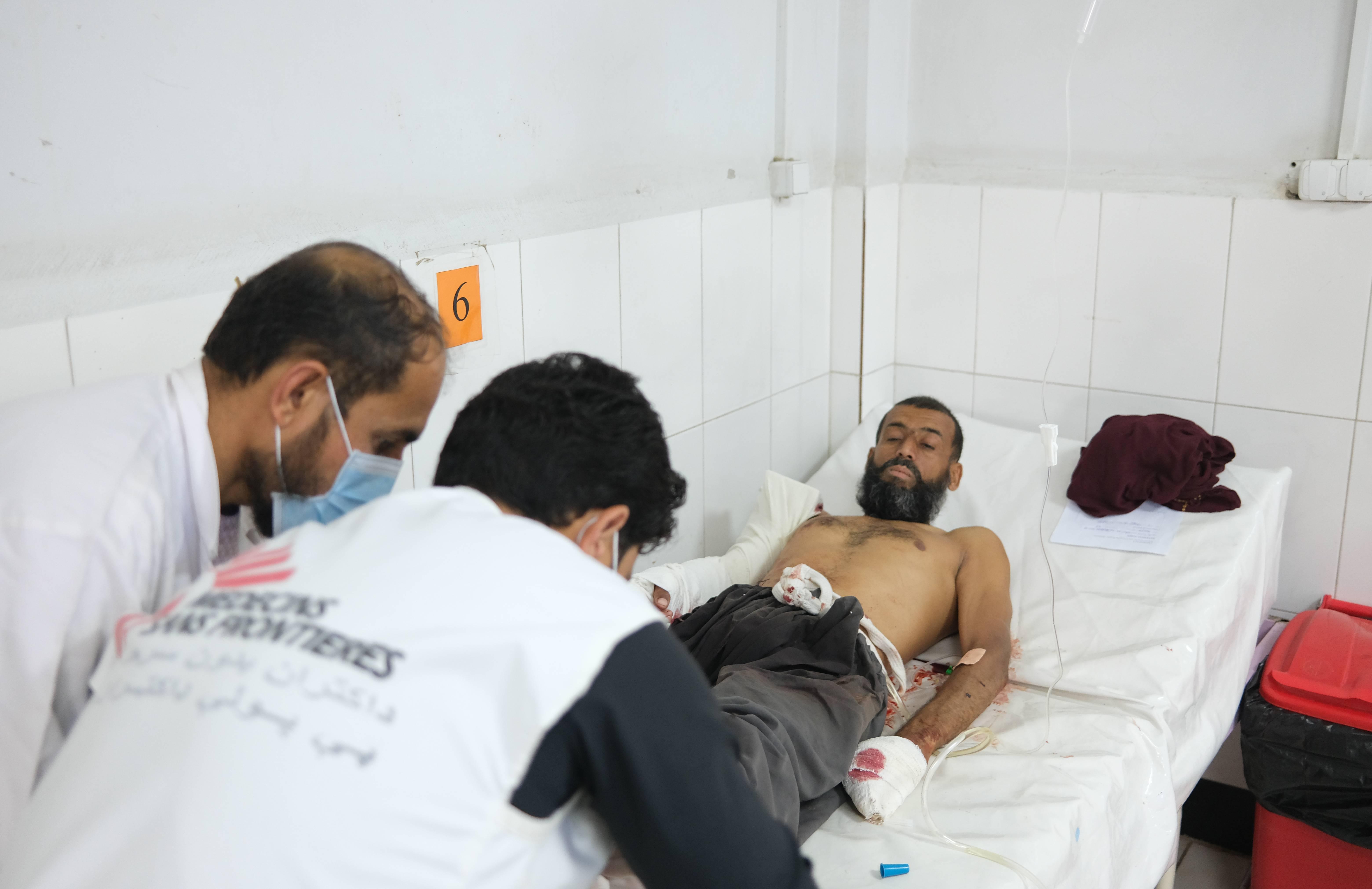 Sanitarios de MSF atendiendo a Mahmood, disparado cuando dejó su casa con su familia a las afueras de Lashkar Gah./MSF-Tom Casey.