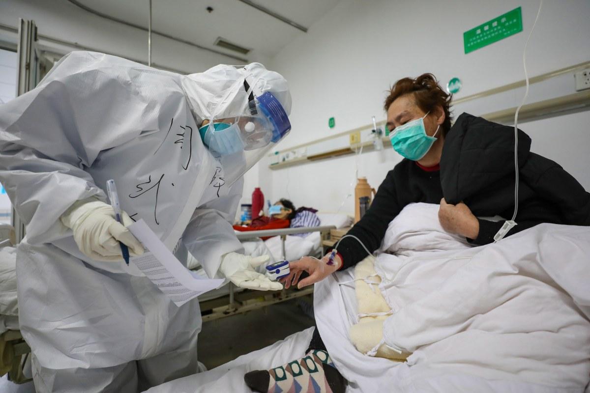 Un paciente con covid-19 ingresado en el Hospital Jinyintan, en Wuhan, en febrero de 2020.