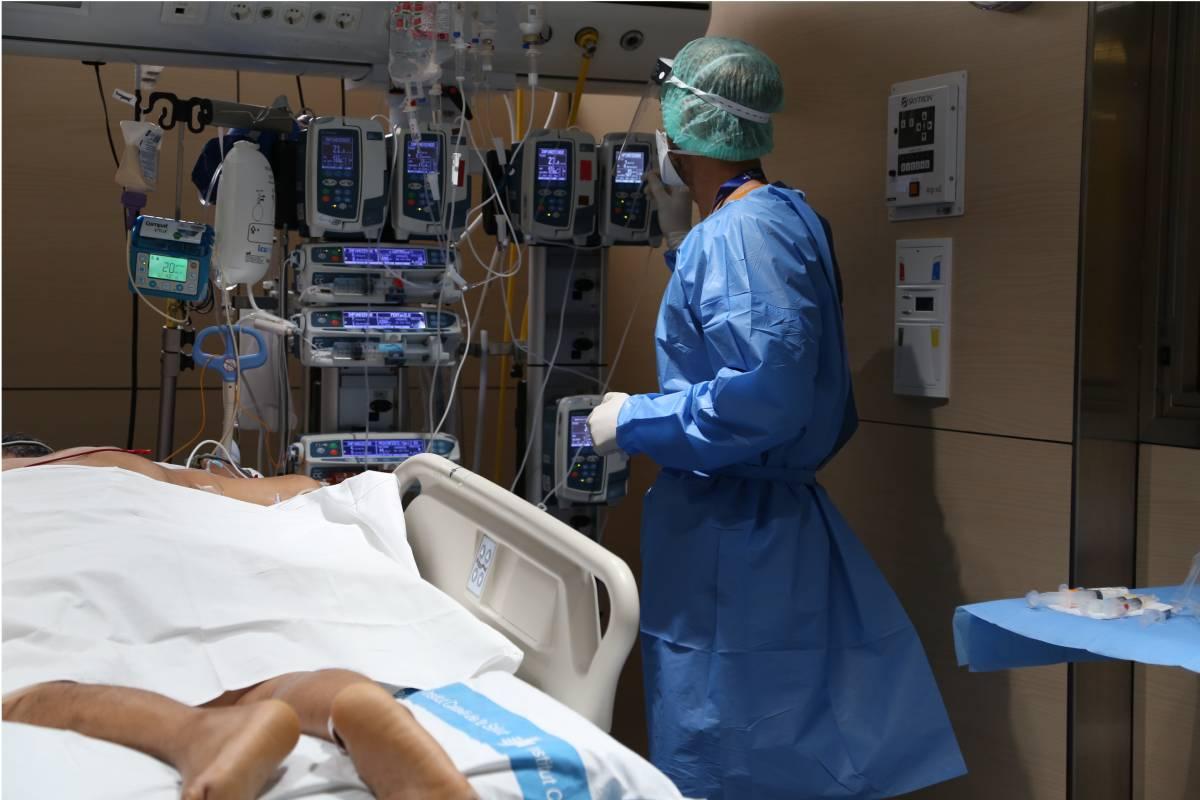 Paciente colocado en posición de decúbito prono en la UCI del Hospital Vall d'Hebron.