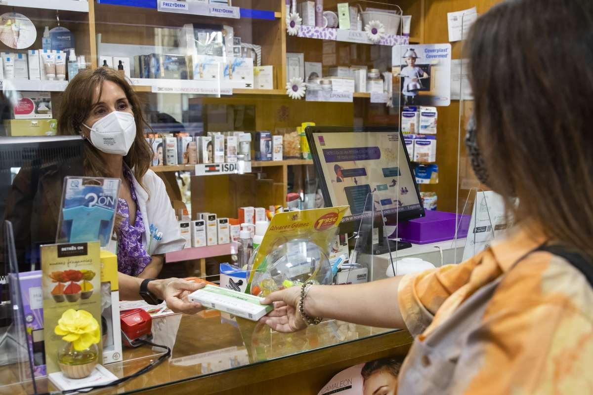 La dispensación de test de autodiagnóstico de antígenos en las farmacias españolas aumentó un 319,6% en la semana de su paso a venta libre. (Bernardo Díaz)