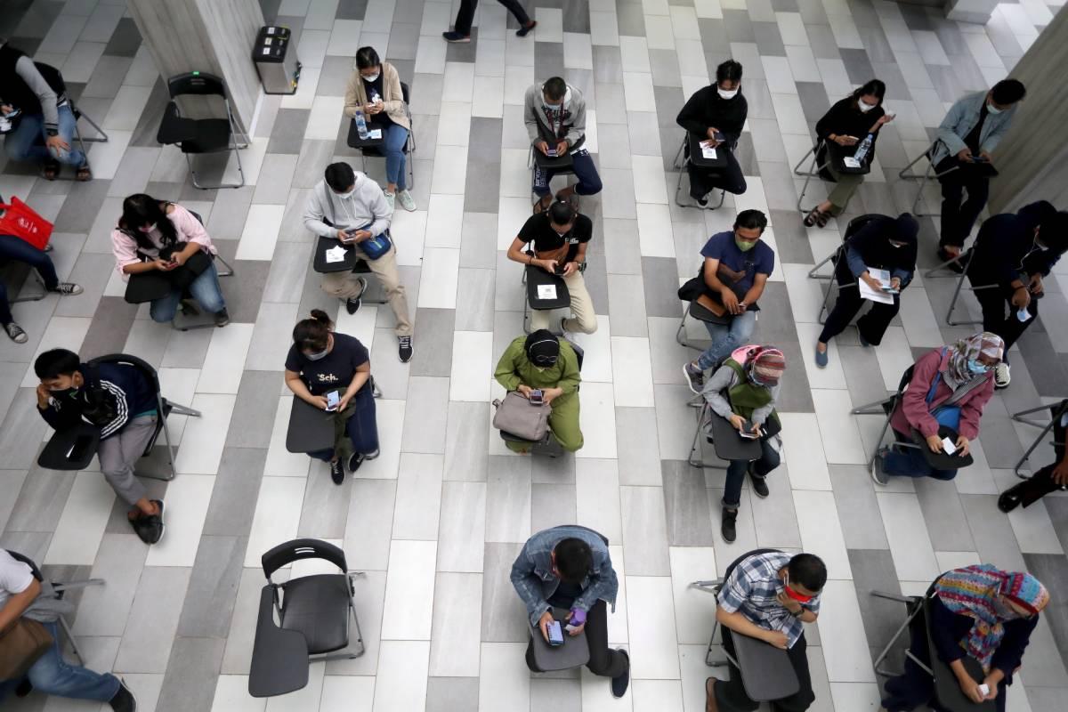 Personas esperando en el centro de vacunación masiva del Hospital Universitario de Indonesia en Depok. Poco más del 11% de la población del país está completamente inmunizada. (Foto: EFE/EPA/Bagus Indahono)