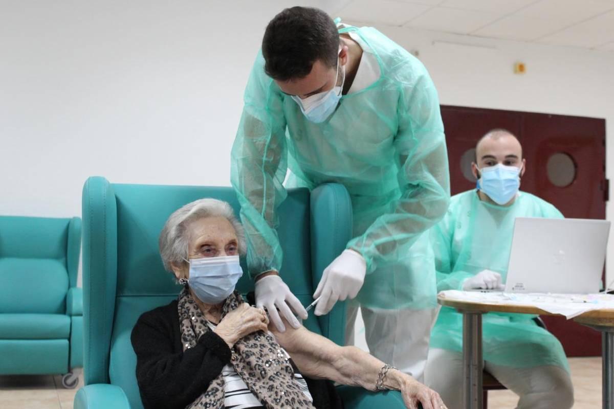 Una anciana siendo vacunada en una residencia de Castilla-La Mancha (Foto: Sescam)