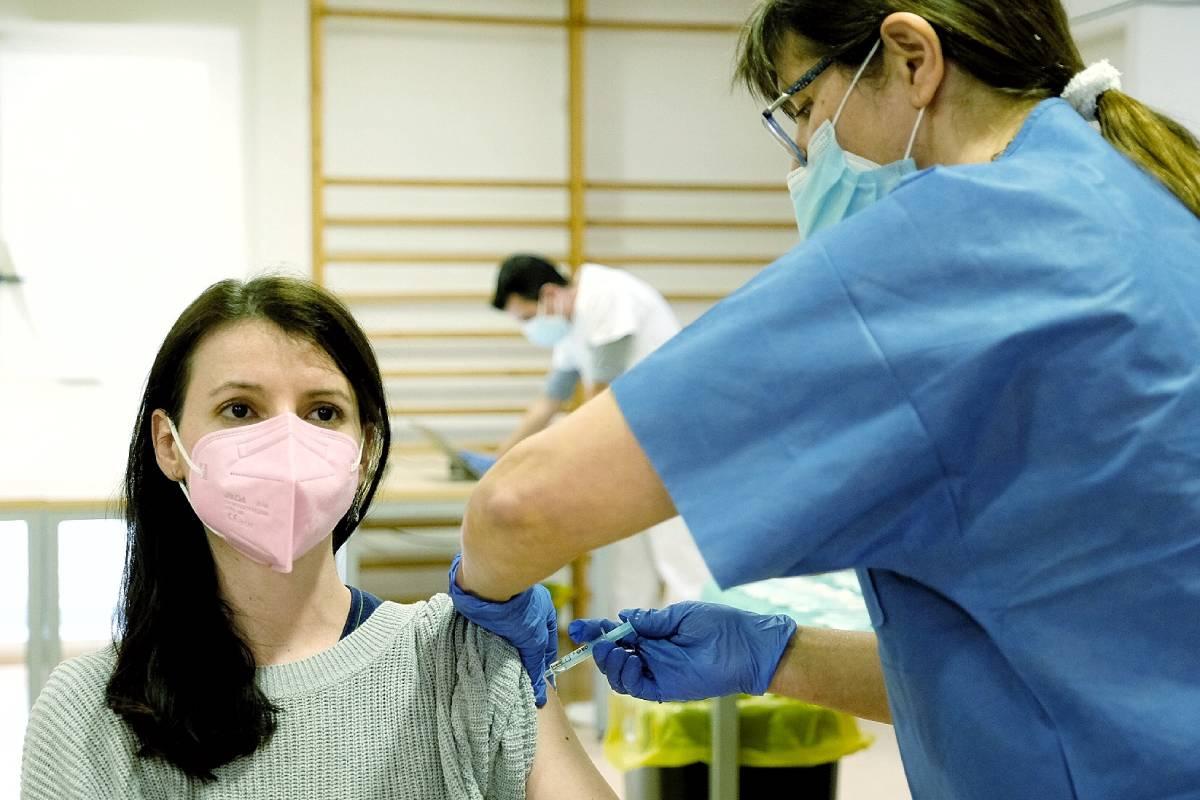Mujer siendo vacunada por una enfermera