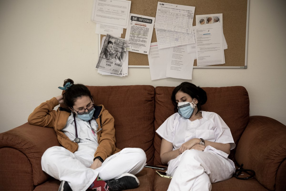 Dos sanitarias se toman un descanso en una sala de un hospital madrileño tras una exhausta jornada durante la primera ola de la pandemia (Foto: Alberto Di Lolli).