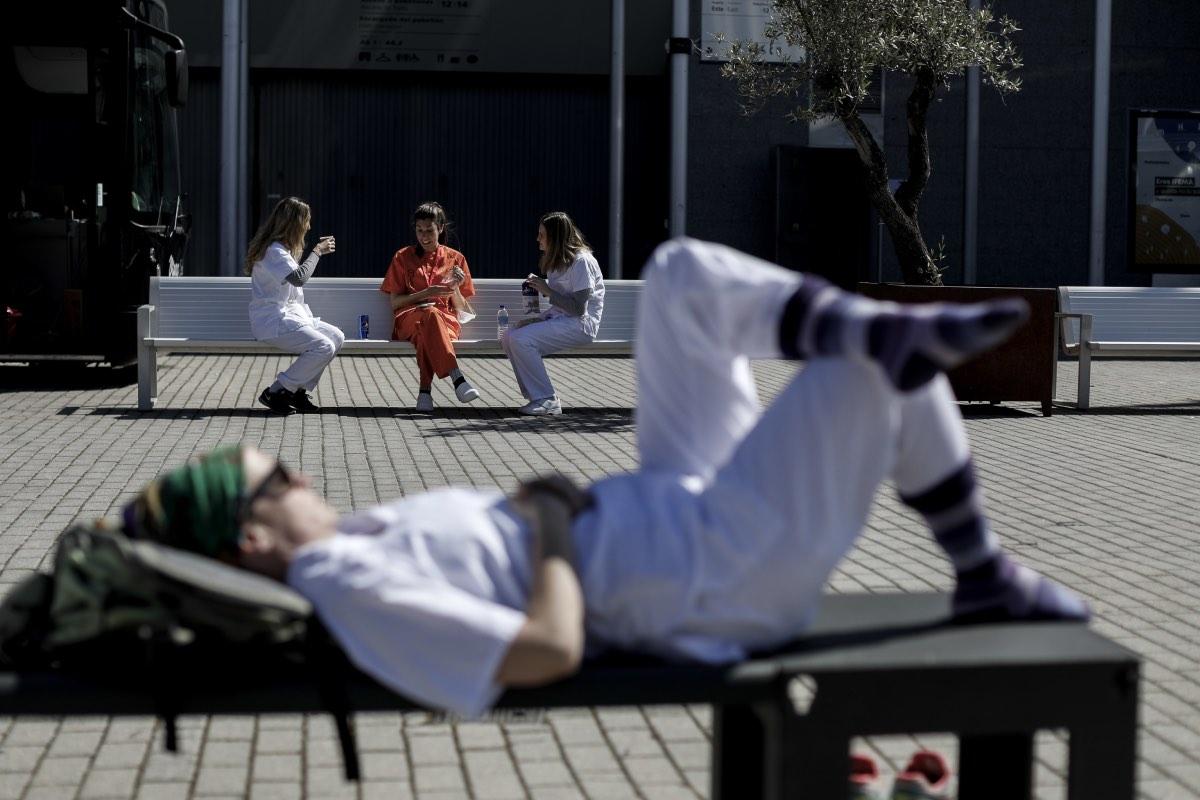 Varios profesionales sanitarios descansan a las puertas de un centro hospitalario madrileño durante la primera ola de la pandemia (Foto: Alberto Di Lolli).