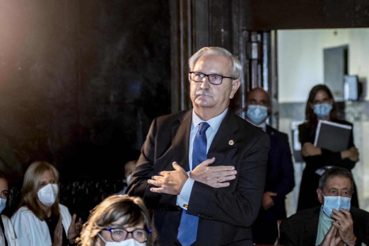 Un emocionado Serafín Romero agradece los aplausos que le dedicaron en el acto de toma de posesión de su sucesor en el cargo, Tomás Cobo (Foto: José Luis Pindado).