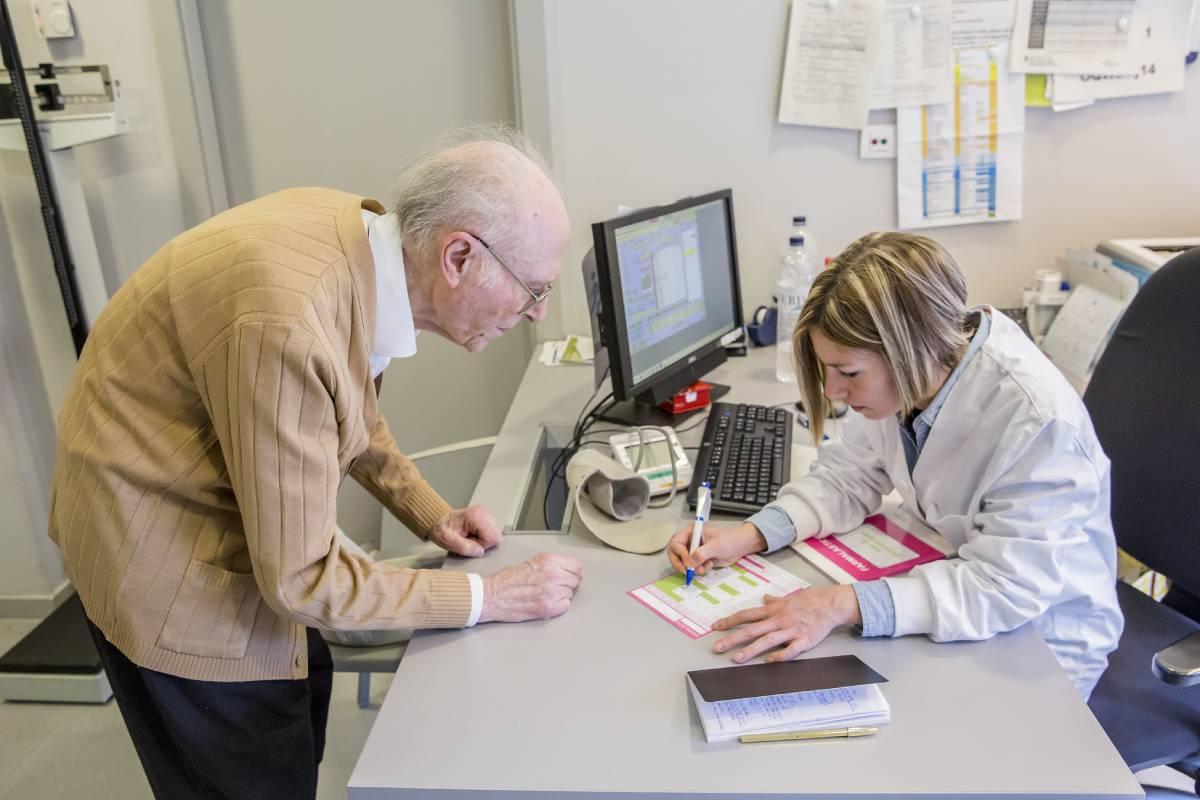 Una enfermera de AP atendiendo a un paciente. FOTO: Ariadna Creus y Àngel García (Banc Imatges Infermeres).