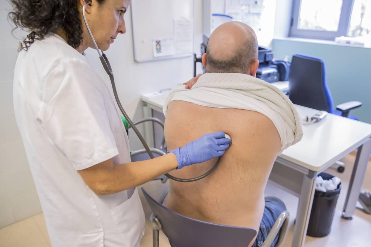 Una enfermera de AP auscultando a un paciente.