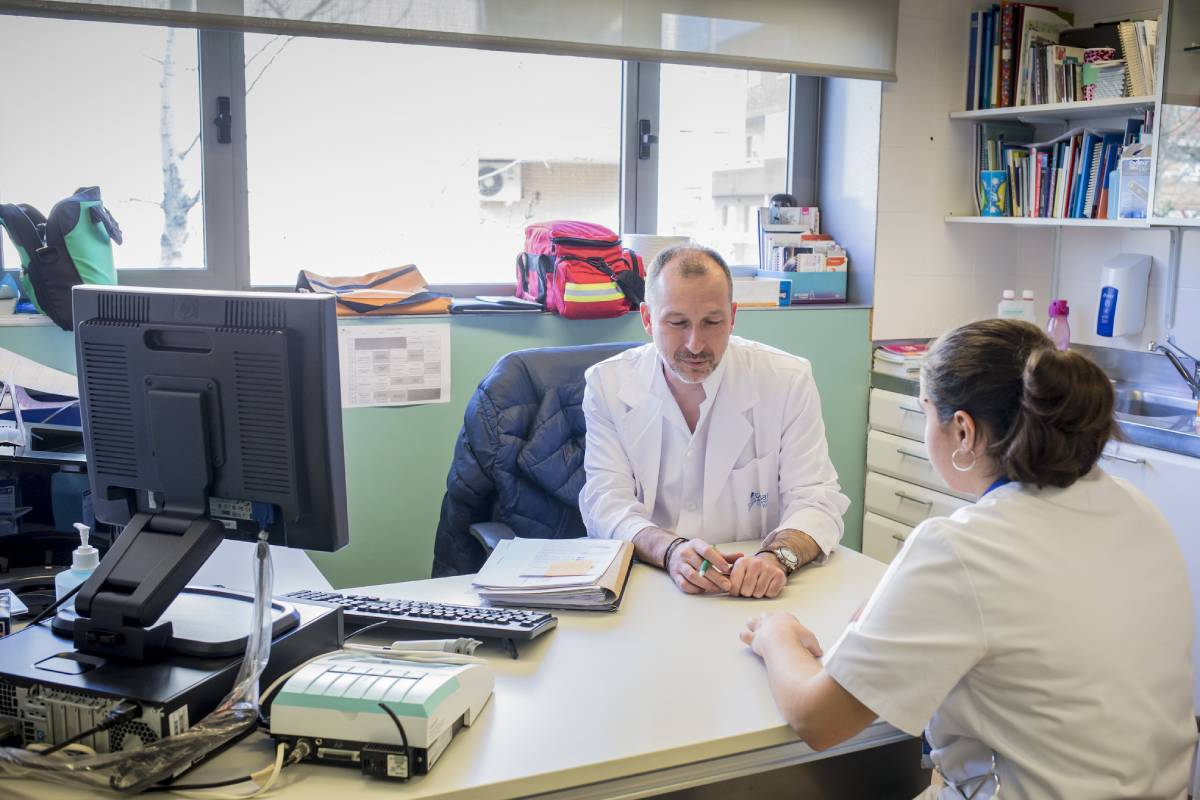 Un enfermero atendiendo a una paciente. Foto: Ariadna Creus y Àngel Grac�a (Banc Imatges Infermeres).