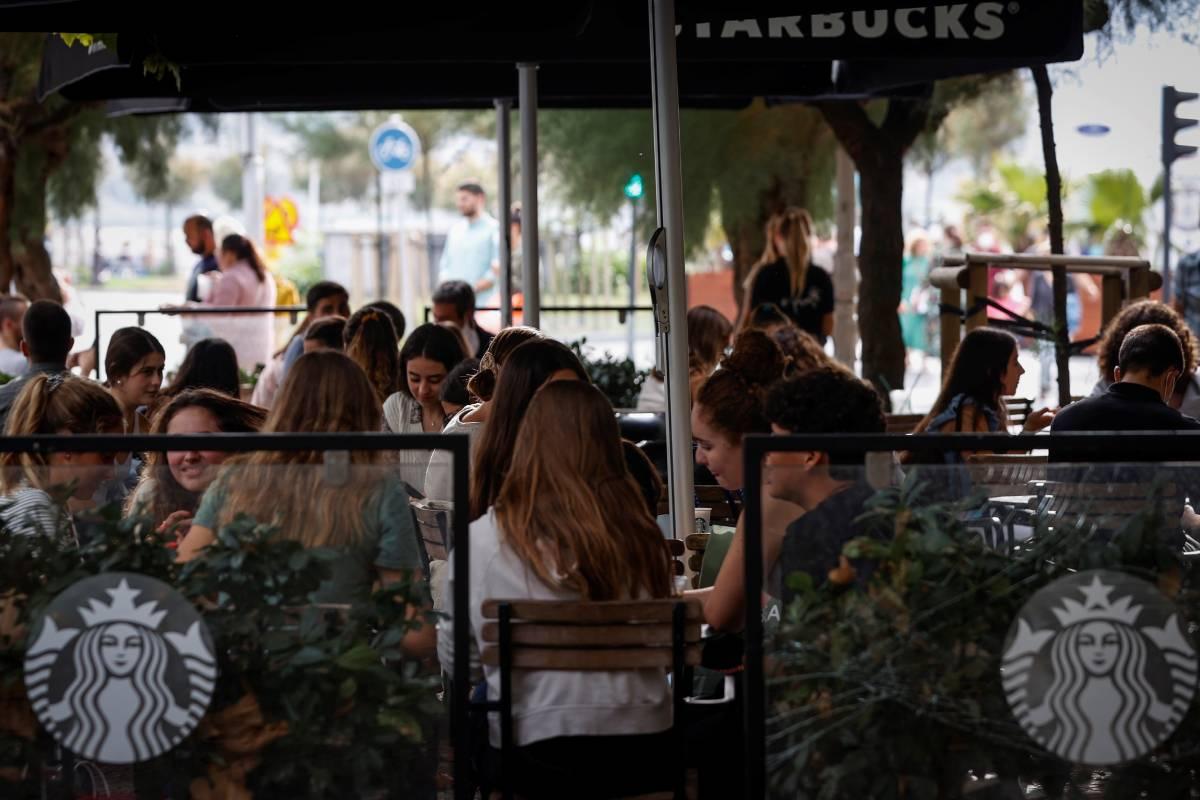 Jóvenes en una terraza de Madrid. FOTO: EFE.