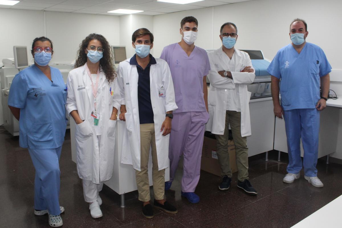 Patricio Más (segundo por la derecha) con el personal que compone la Unidad de Farmacocinética del Servicio de Farmacia.