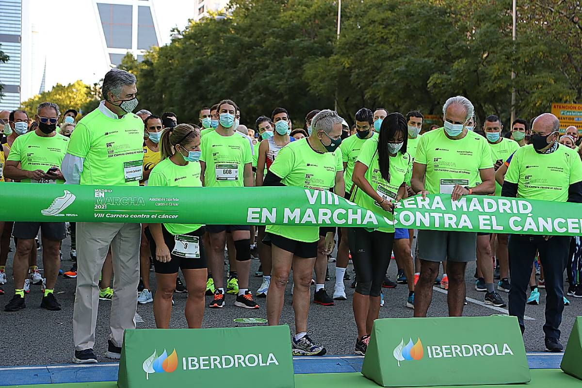 En la salida de la VIII Carrera contra el cáncer, de la AECC, donde están el consejero de Sanidad de Madrid, Enrique Ruiz Escudero, con la vicealcaldesa de la capital, Begoña Villacís.