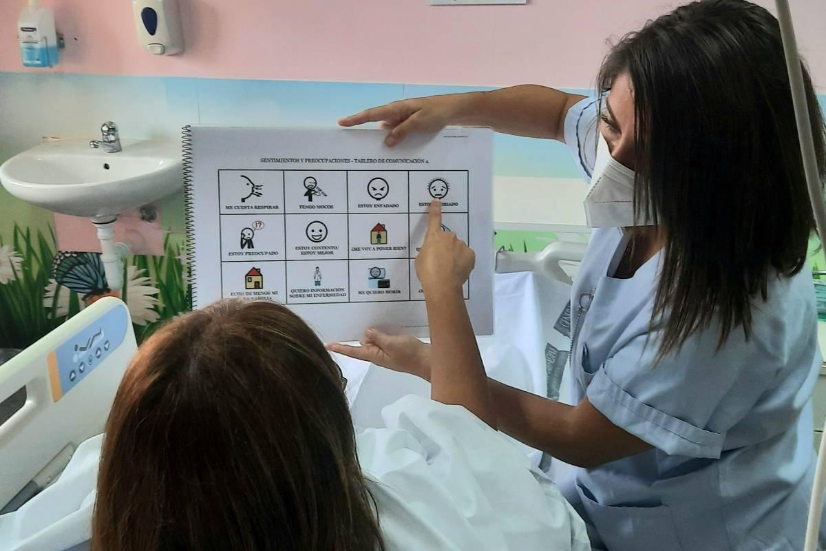 Una enfermera del Hospital General Universitario de Alicante ha puesto en funcionamiento un programa de humanización de la asistencia sanitaria para mejorar la comunicación con los pacientes que presentan dificultades de expresión oral.