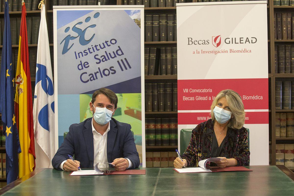 El director general del ISCIII, Cristóbal Belda y María Río, vicepresidenta y directora general de Gilead España.