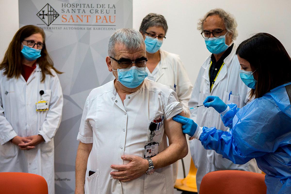 El coordinador covid del Hospital Sant Pau, Pere Domingo, recibe una dosis de la vacuna contra la covid. EFE/Quique García