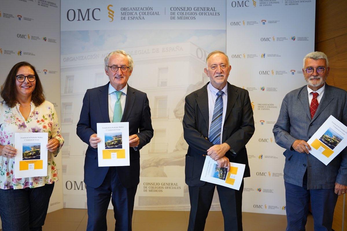 Manuela García Romero y Tomás Cobo, vicepresidenta y presidente de la OMC, respectivamente, posan con José Ramón Repullo y Arcadi Gual, durante la presentación de la Escuela de la Profesión (Foto: Cgcom).