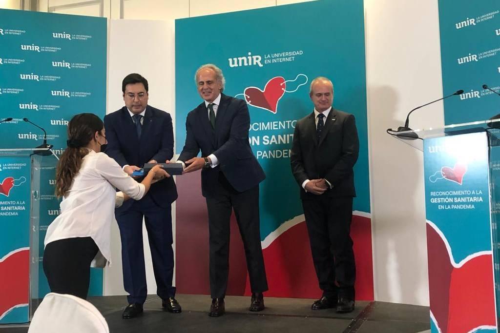 El consejero de Sanidad de la Comunidad de Madrid, Enrique Ruiz Escudero, recibe el reconocimiento por su gestión durante la pandemia de la Universidad de La Rioja, durante un acto en el Hotel Palace de Madrid.