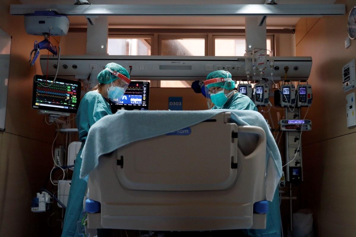 Profesionales sanitarios en la UCI del Hospital Vall d'Hebron de Barcelona.