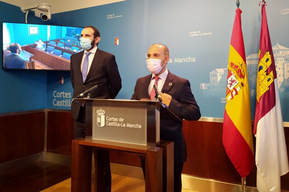 Francisco José Izquierdo, presidente del Consejo de COF de Castilla-La Mancha, y Pablo Bellido, presidente de las Cortes de la región, durante el acto de recepción con motivo del Día Mundial del Farmacéutico.