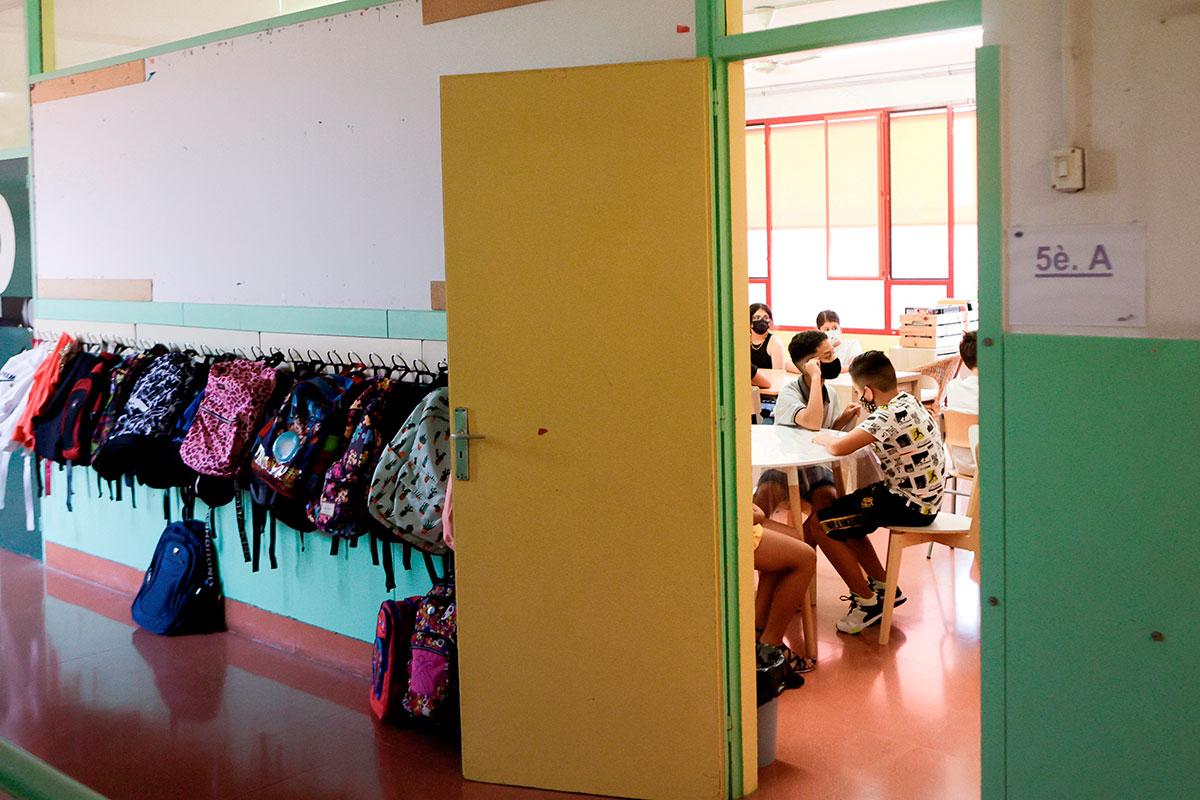 Adolescentes en un instituto de Barcelona.