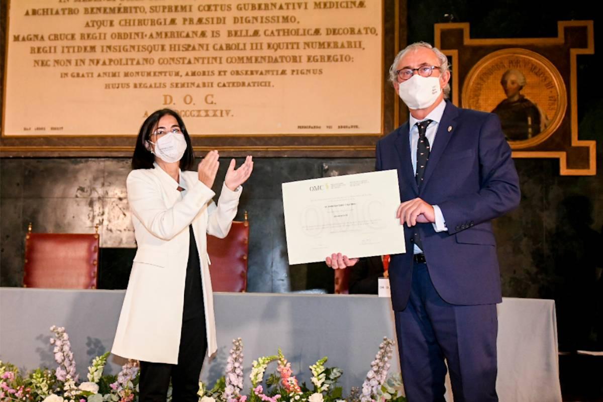 Carolina Darias, ministra de Sanidad, junto a Tomás Cobo, después de haber jurado el cargo como presidente de la OMC (Foto: José Luis Pindado)