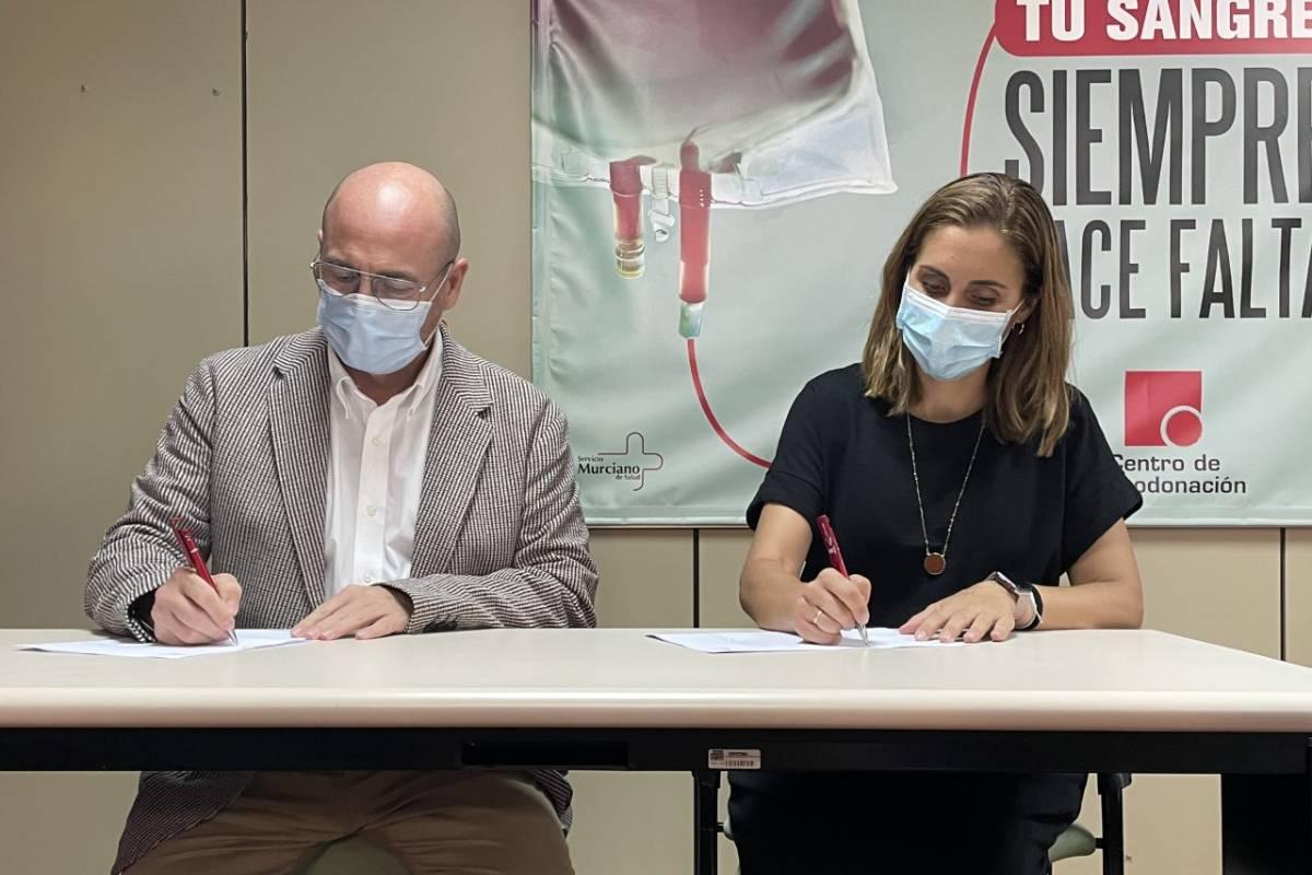 Paula Payá y Francisco José Ponce, durante la firma del convenio para la promoción en las farmacias de la donación de sangre.