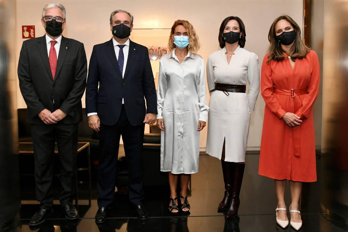 Los representantes del Consejo General de COF Jordi de Dalmases, Jesús Aguilar, Raquel Mart�nez y Ana López-Casero, flanquean a la presidenta del Congreso, Meritxell Batet.