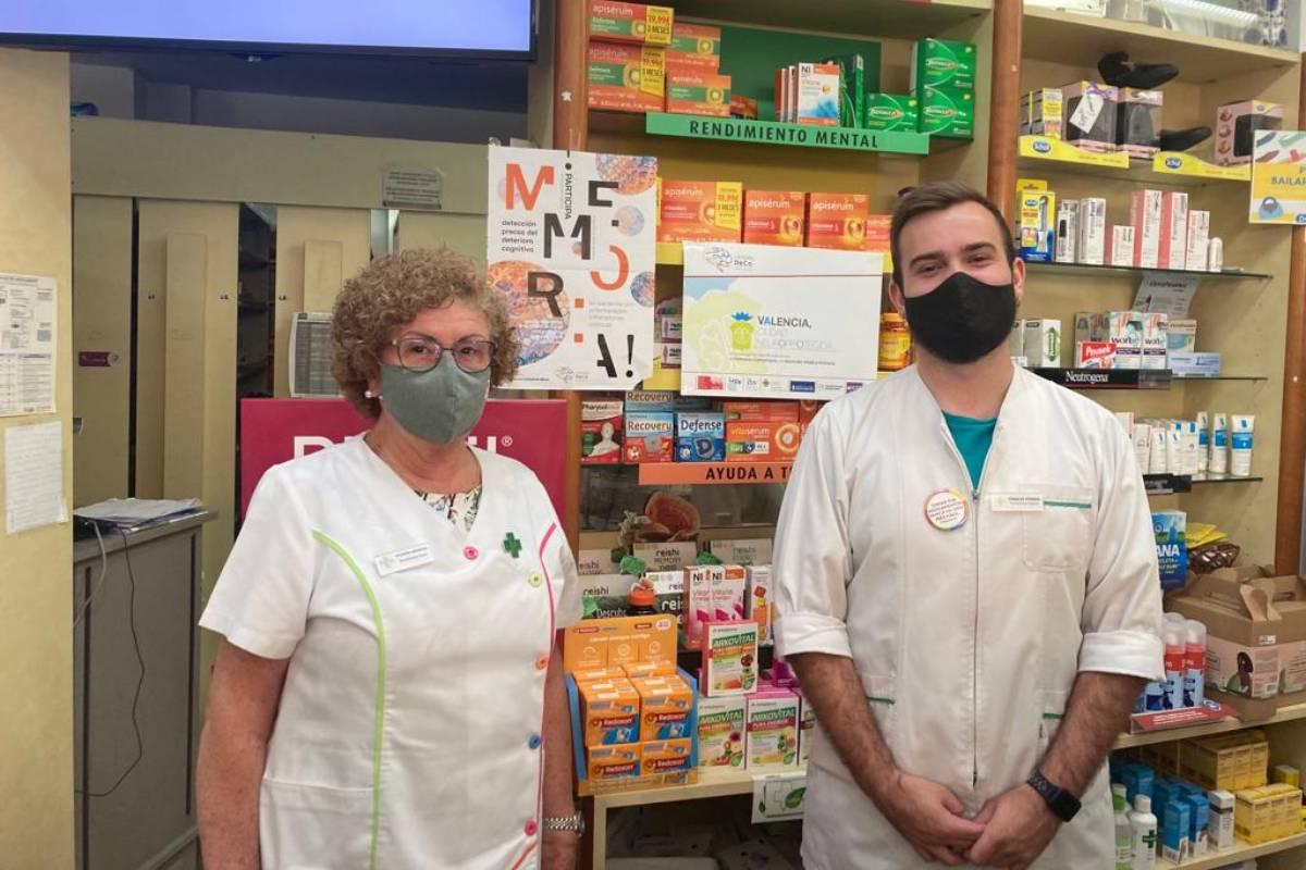 Rosario Hernández e Ignacio Ferrer, farmacéuticos comunitarios en Valencia, participantes en el proyecto 'Valencia, ciudad neuroprotegida'.