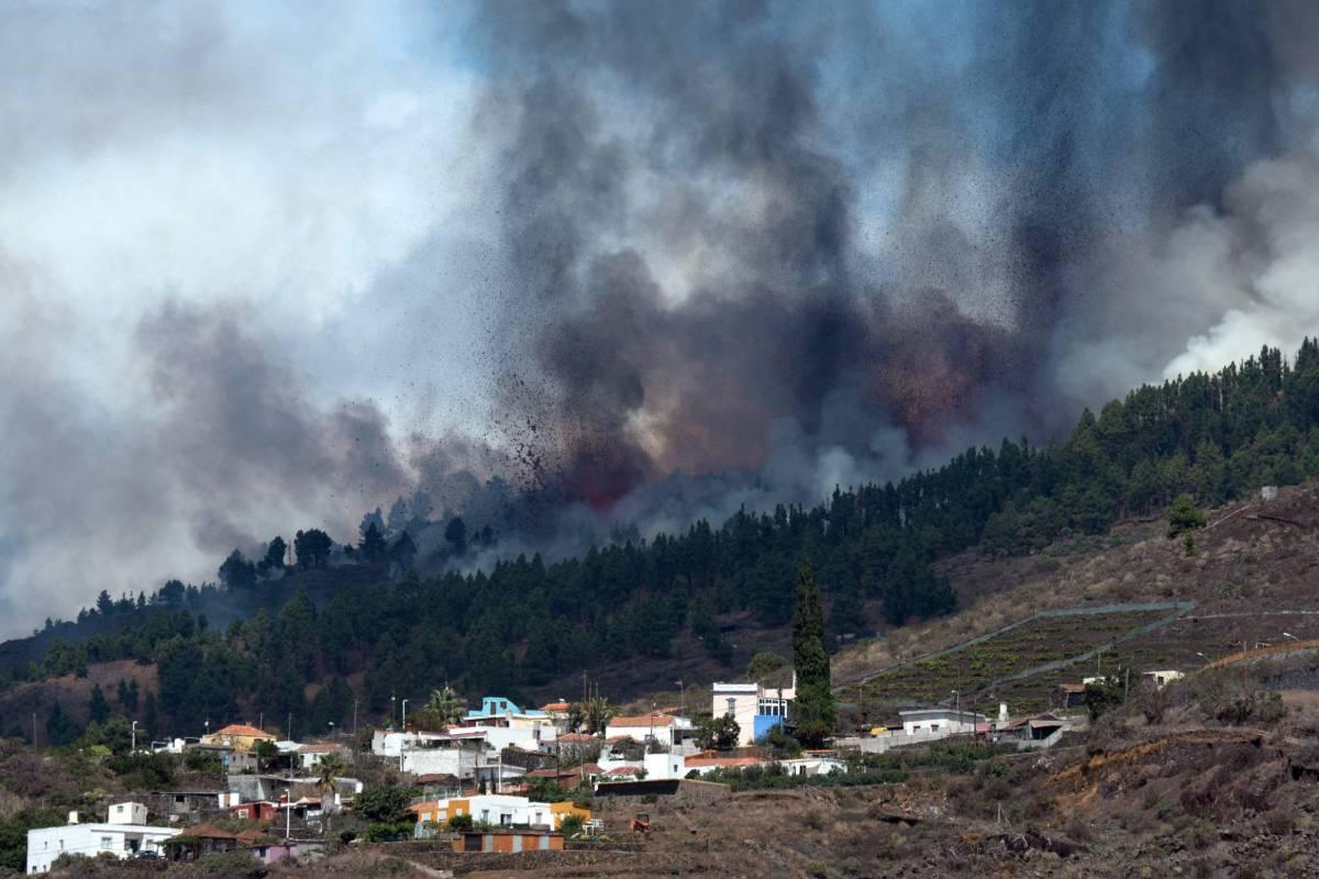 Erupción de Cumbre Vieja vista desde los Llanos de Aridane, en la isla de La Palma, este domingo, 19 de septiembre. Foto: DESIREE MARTIN / AFP