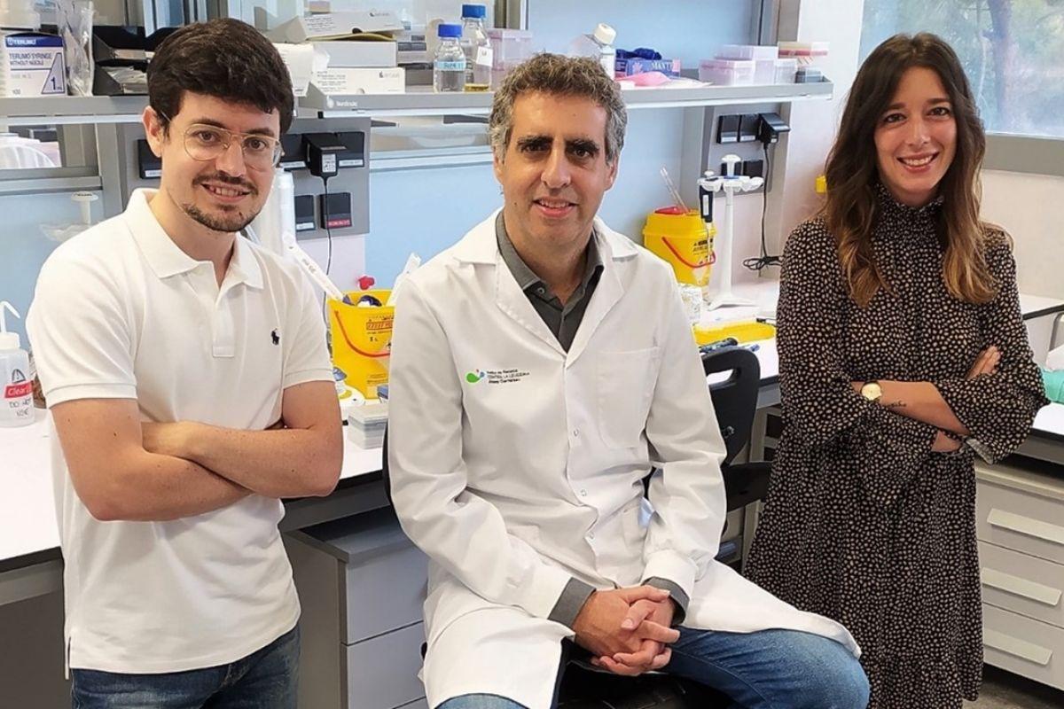 Manel Esteller, en el centro, junto a Carlos García Prieto y Lorena Villanueva, del equipo de que ha llevado a cabo el estudio. FOTO: FJC.