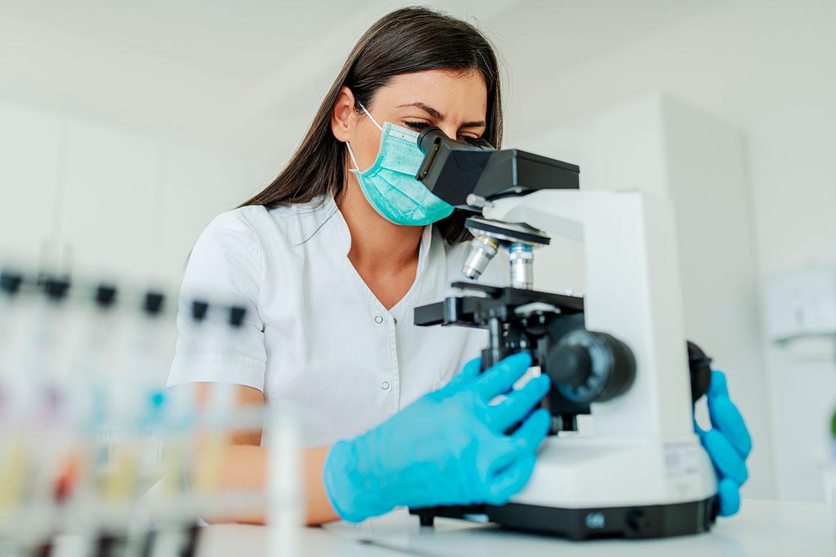 La CNDFE considera que los grados universitarios en el campo de las Ciencias de la Salud requieren de una elevada presencialidad para llegar a obtener las competencias profesionales que se precisan.