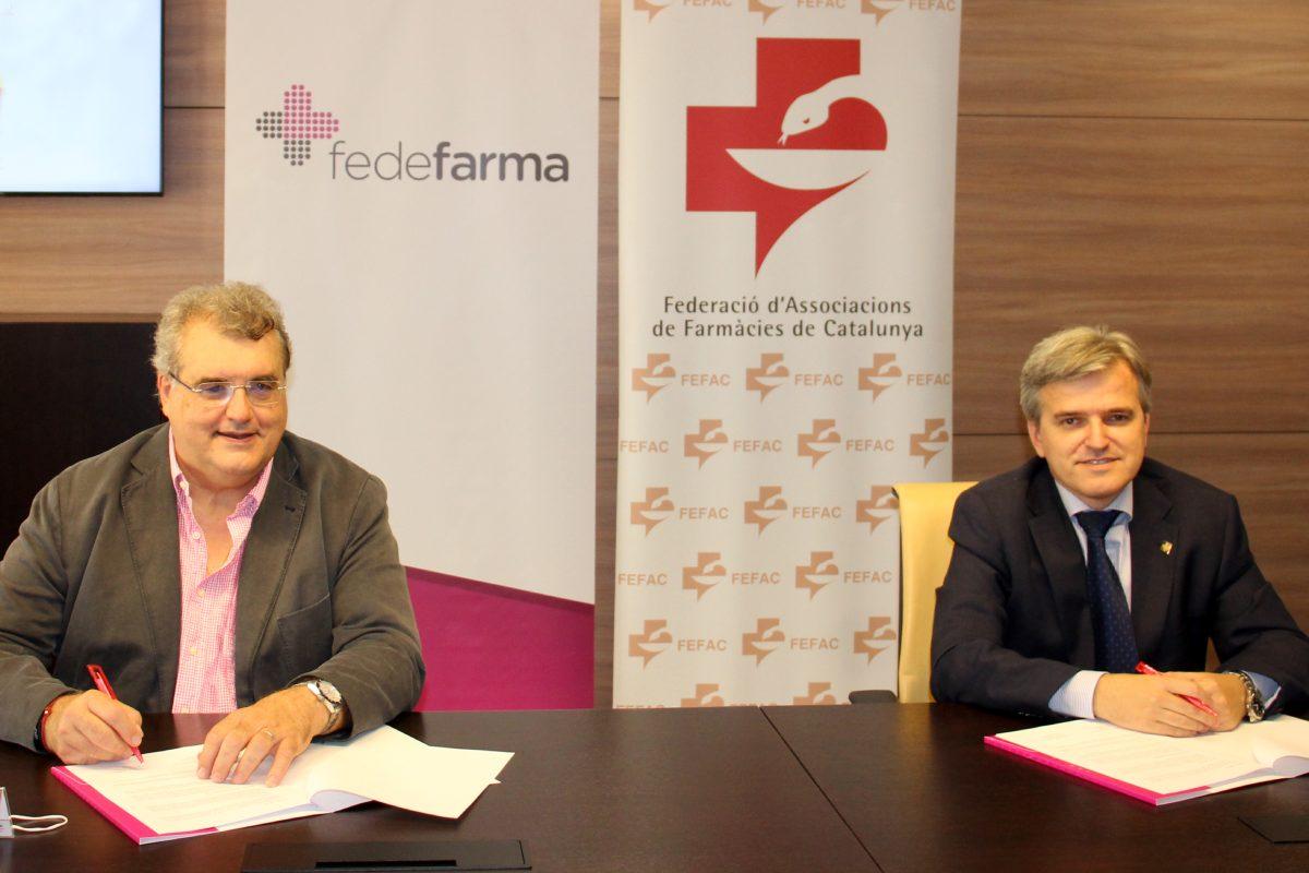 Antonio Torres, presidente de FEFAC, y Xavier Casas, presidente de Fedefarma, durante la firma del acuerdo.
