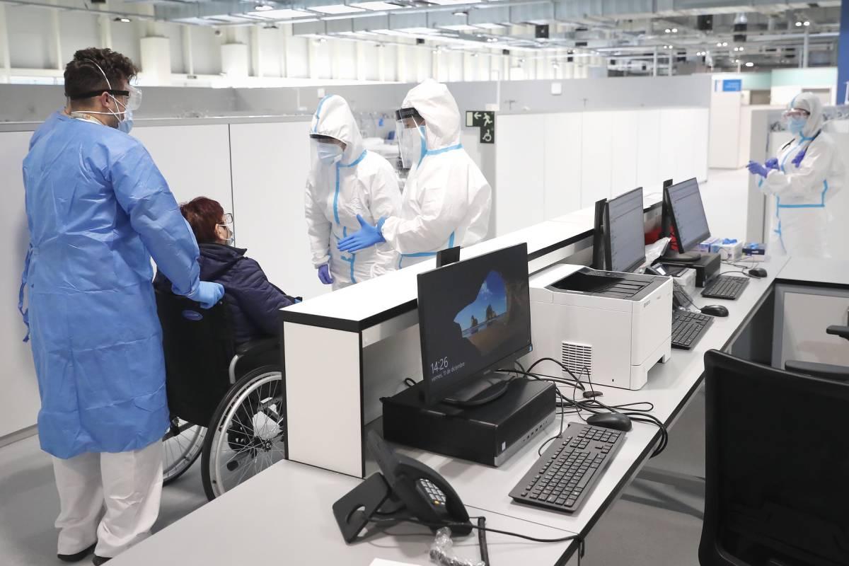 Profesionales atendiendo a la primera paciente del Hospital Isabel Zendal, en diciembre de 2020 (Foto: Comunidad de Madrid)