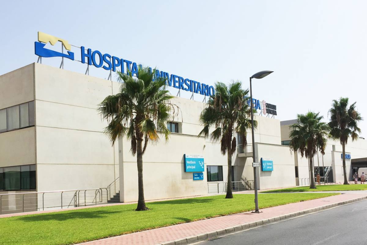 Fachada exterior del Hospital de Torrevieja, cuya gestión pasaría en octubre en manos de la Consejería de Sanidad