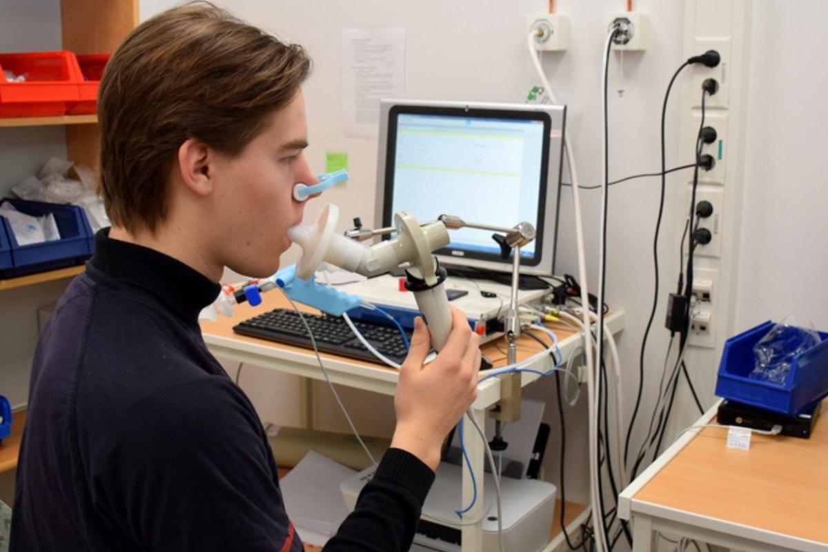 Un joven realiza una prueba de espirometría.