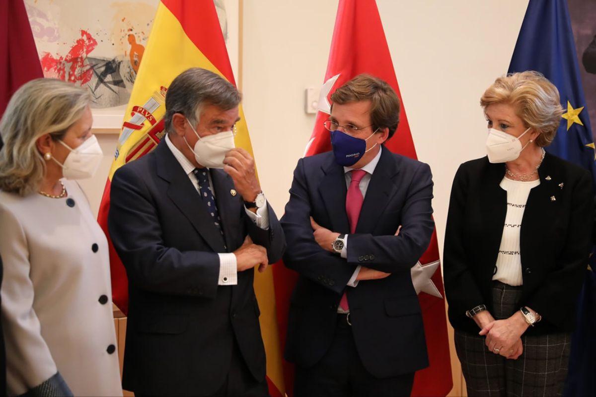José Luis Martínez-Almeida, alcalde de Madrid, ha recibido a una delegación del COF regional encabezada por su presidente, Luis González, con motivo del Día Mundial del Farmacéutico.