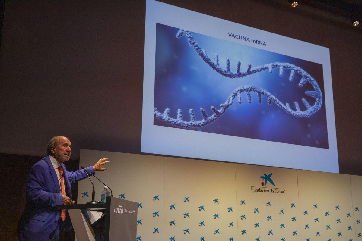 El virólogo Mariano Esteban durante su intervención en un acto sobre vacunas y cáncer organizado por el CNIO. FOTO. Laura M. Lombardía. CNIO.