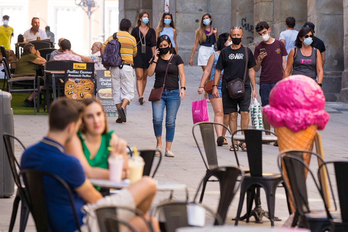 Personas con mascarilla paseando por las calles del centro de Madrid. (Ángel Navarrete)