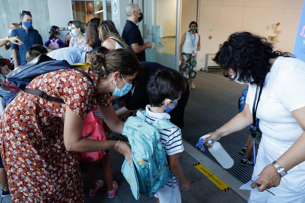 Por edades, el grupo más afectado sigue siendo el único sin vacunar, el de menos de 11 años, con una IA de 105,08. FOTO: EFE. Juan Herrero.