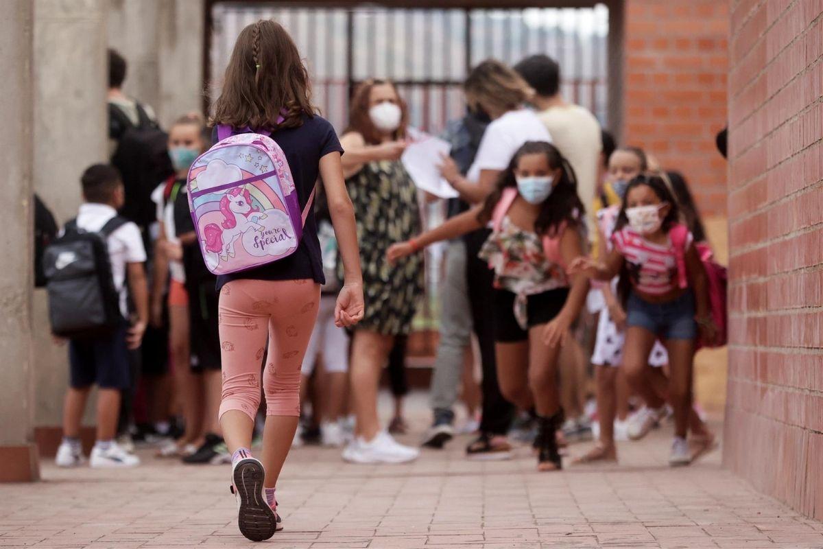 Alumnos del Institut Escola Mirades de Barcelona en el primer d�a del curso escolar 2021-22 (Foto: EFE/Quique Garc�a)